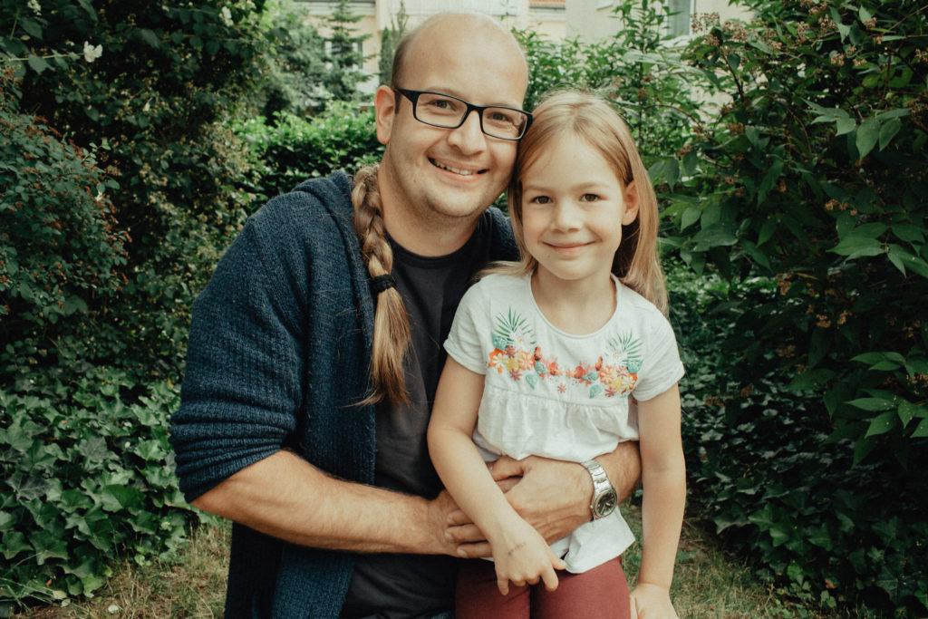 Vater und Tochter mit gespendetem Zopf